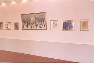 Холл 2 этажа. Стены украшены картинами учащихся и студентов.